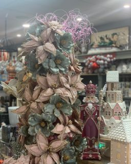 Christmas florals have started to arrive in store and we couldn't be more excited!🌹🕺🏼Florals can completely change the whole look of your tree, even completely hiding the colour of it! The perfect way to freshen up your current decor and starting at just $4.95 each! Plenty more goodies to come - watch this space! 😍 #beautifuleragifts #beautifuleragiftscottesloe #christmas #christmastree #christmasdecor #christmasflowers #christmasflorals #poinsettia #christmaspoinsettia #cottesloe #cottesloe_wa #cottesloevillage #florals